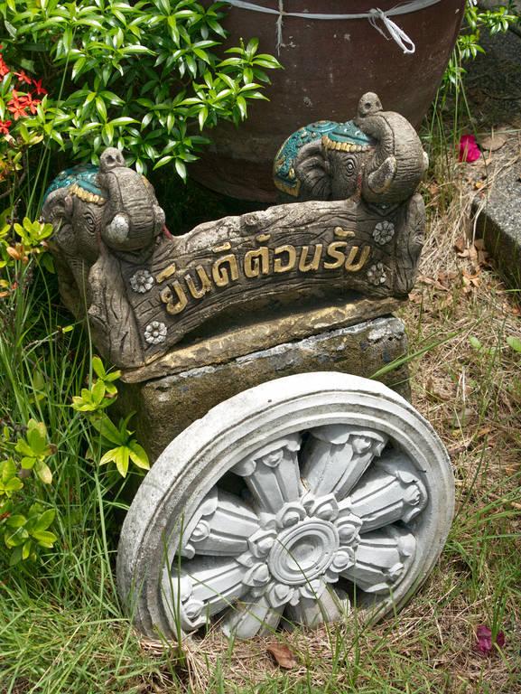Wat-Khiri-Wongkaram-Statuen