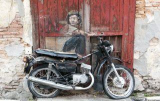 Street-Art-Tour-George-Town-Junge-auf-Motorrad