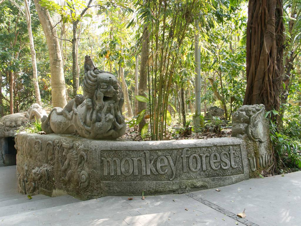 Affenwald-Ubud-Bali-Eingang-Skulpturen