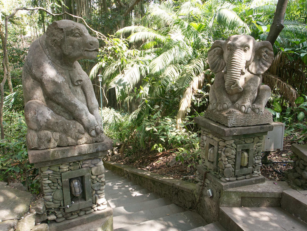 Monkey-Forest-Ubud-Statuen-am-Weg