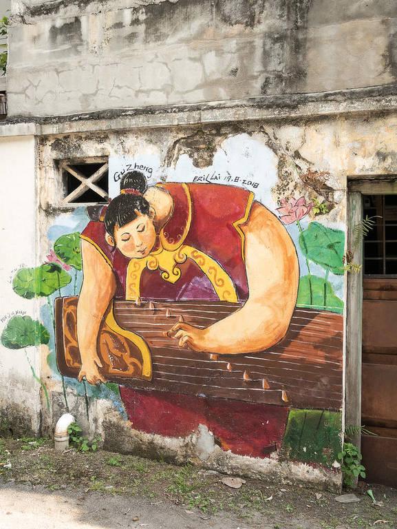Street Art Ipoh musizierende Frau