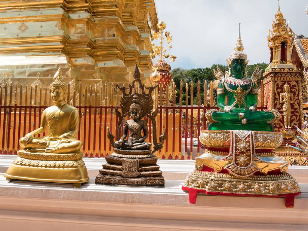 Wat Phra That Doi Suthep Tempel - Statuen vor Chedi