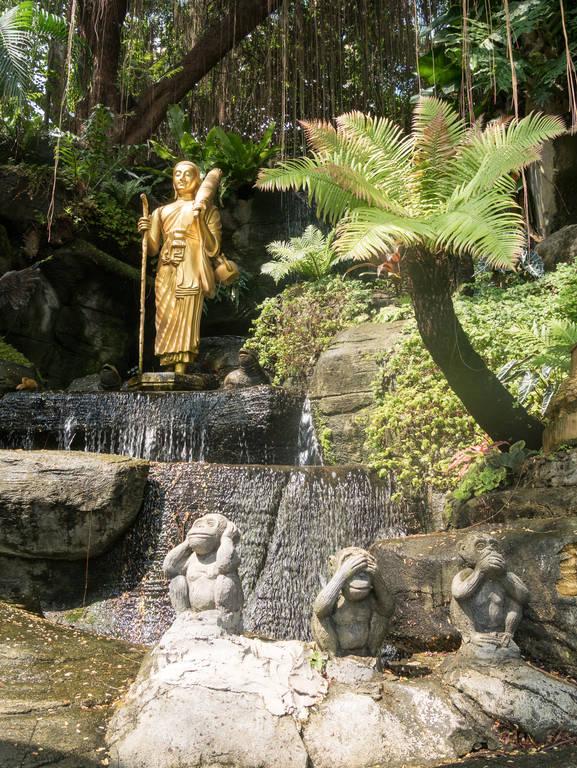 Wat Saket - Statuen auf Weg nach oben