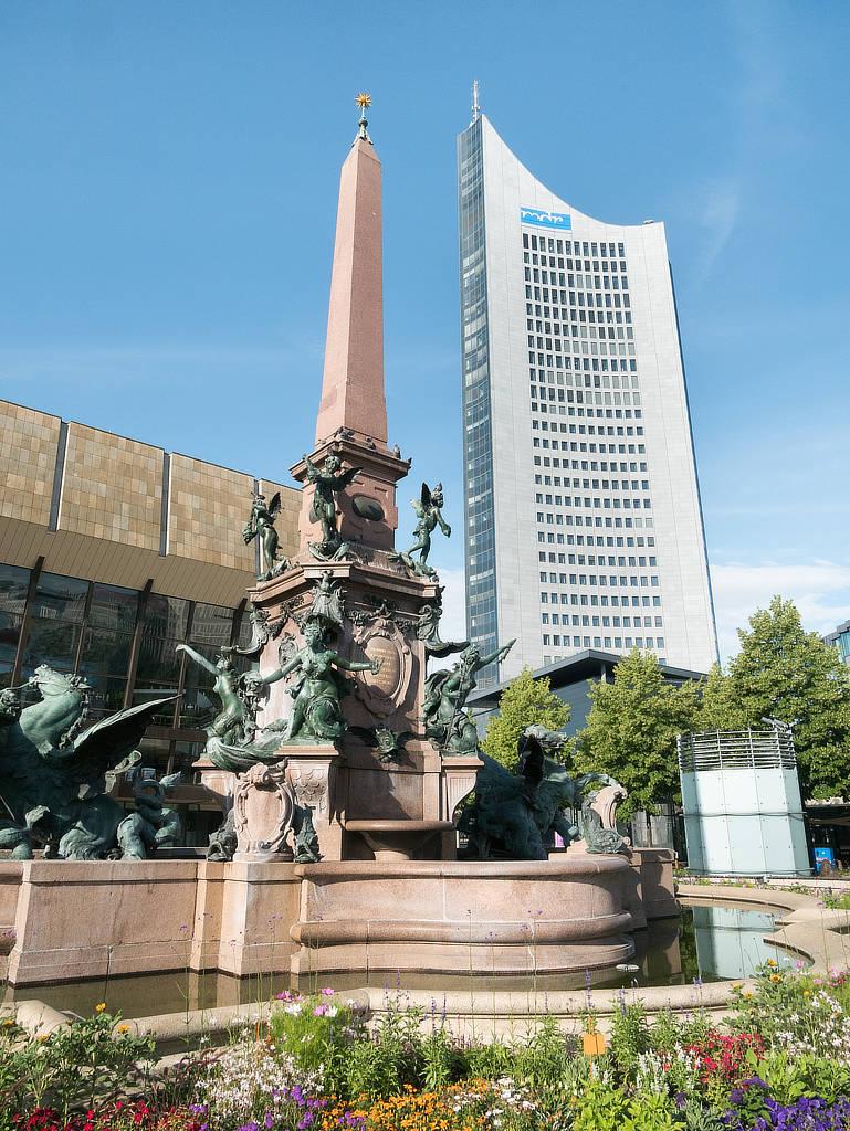 Gewandhaus, Brunnen und Panorama Tower in Leipzig