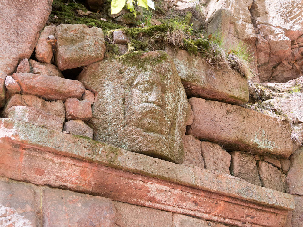 Bergkeller - Kopfrelief über Eingang