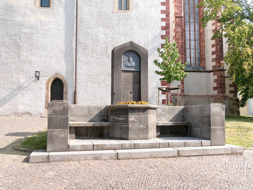 Lutherbrunnen vor Dom St. Marien