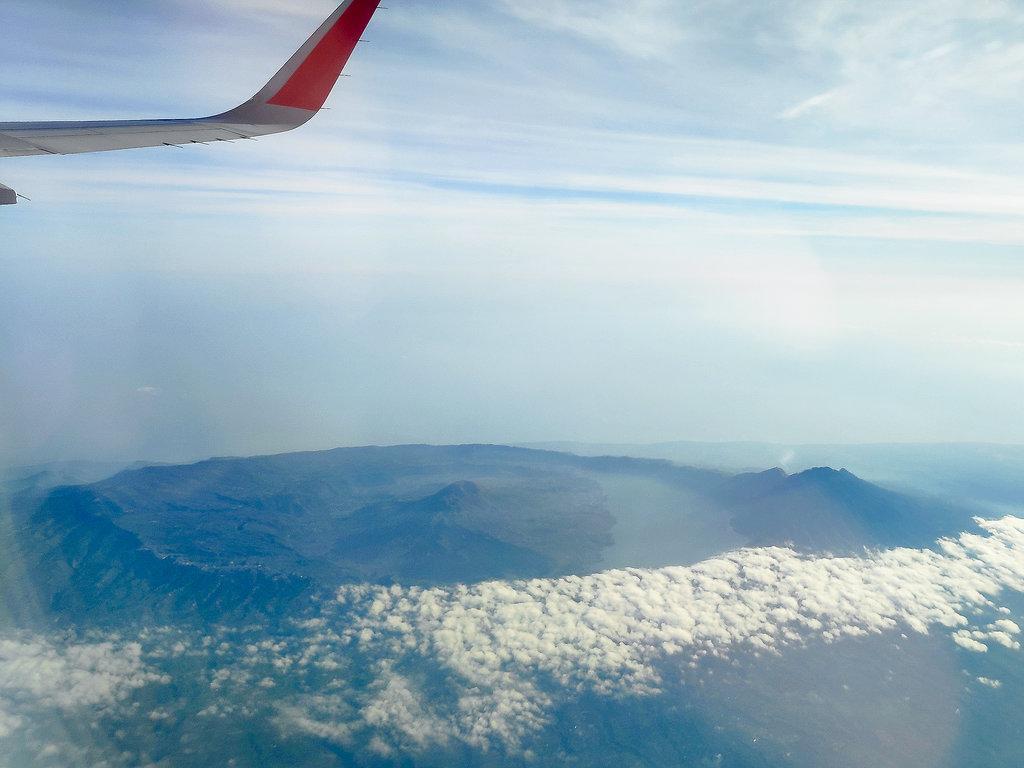 Ausblick auf dem Flugzeug auf den Vulkan auf Bali