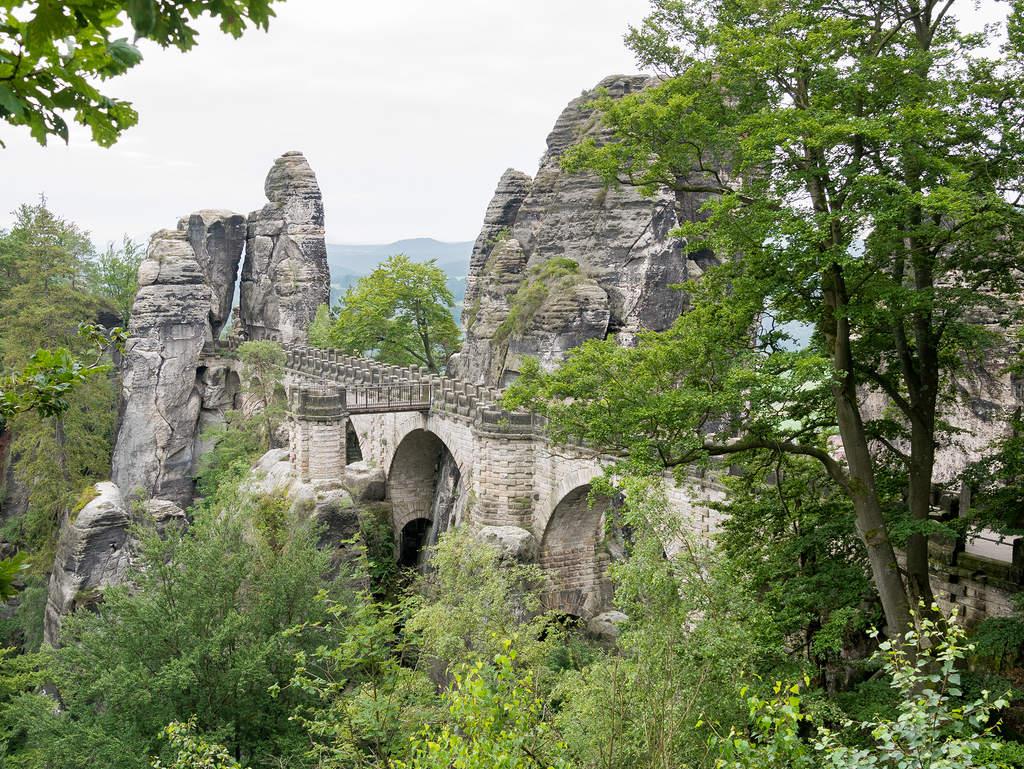 Blick auf die Basteibrücke in der Sächsischen Schweiz