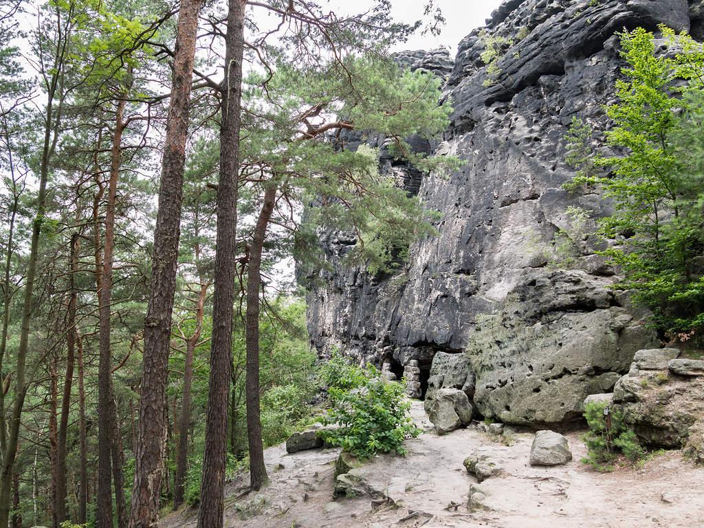 Kleinhennersdorfer Stein mit Höhlen